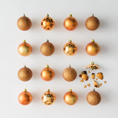 밝은 배경에 황금 크리스마스 싸구려 장식입니다. 평평한 평신도. 휴일 개념입니다.