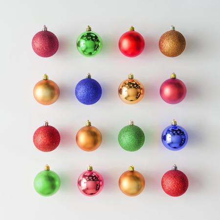 Trang trí Giáng sinh đầy màu sắc baubles trên nền sáng. Phẳng lay. Holiday khái niệm.