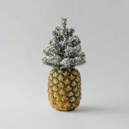 パイナップルと冬のクリスマス ツリー。休日のコンセプトです。