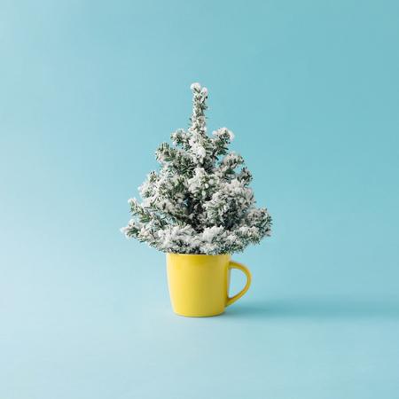 咖啡杯與聖誕樹。最小的冬季假期概念。
