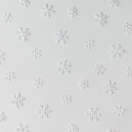 Patrón de copos de nieve de invierno creativo. Concepto de vacaciones mínimas Fondo blanco.