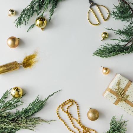 Sáng tạo Chistmas bố trí được làm bằng màu xanh lá cây mùa đông và trang trí. Phẳng lay. Khái niệm mùa lễ. Kho ảnh