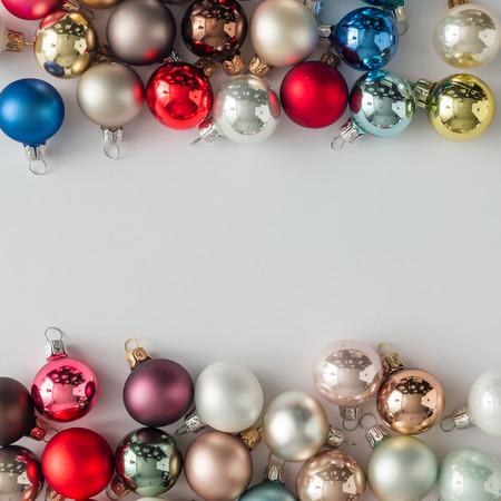 Kreativní rozložení vánočních ozdob. Ploché leželo. Prázdné pozadí.