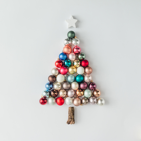 Árbol de Navidad hecho de decoración de adorno. Concepto mínimo de año nuevo. Foto de archivo