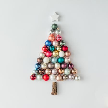 Árvore de Natal feita de decoração de bauble. Conceito mínimo de ano novo.