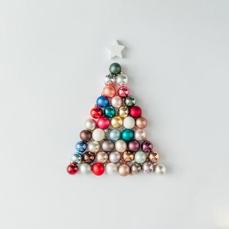 Árvore de Natal feita de decoração de bauble. Conceito mínimo de ano novo. Banco de Imagens