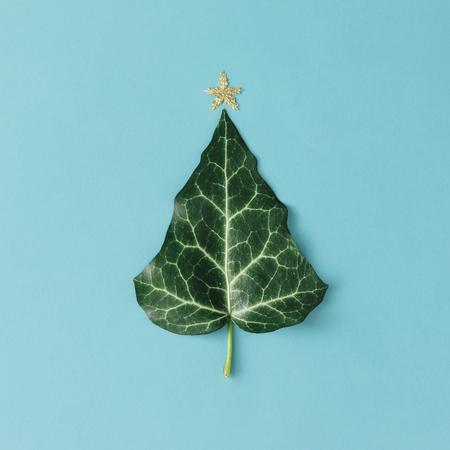 Árvore de Natal feita de folha natural. Leito plano. Conceito de estação mínima.