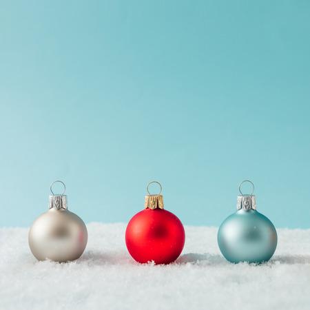 Yaratıcı düzen, kar üzerindeki Noel bauble dekorasyonundan yapılmıştır. Tatilin arka planı. Stok Fotoğraf