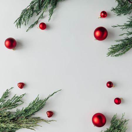 Творческий Фирменный макет из зимней зелени и декора. Квартира лежала. Концепция праздничного сезона.