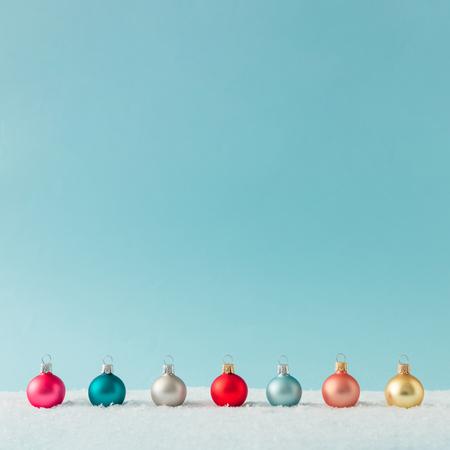 Bố trí sáng tạo được làm bằng đồ trang trí bauble Giáng sinh trên tuyết. Nền nghỉ.