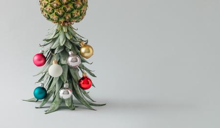 聖誕樹由菠蘿和聖誕擺設裝飾。假日概念。 版權商用圖片