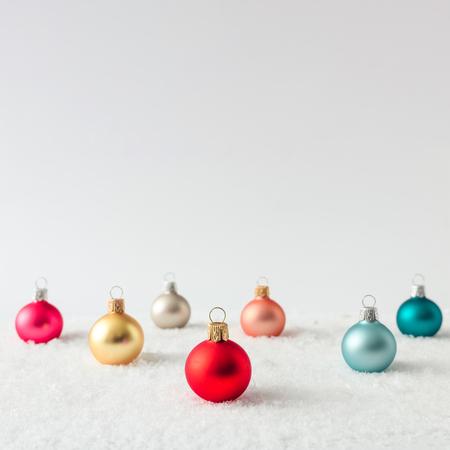 Layout criativo feito de decoração de bauble de natal na neve. Fundo de férias.