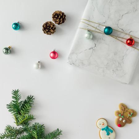 Layout criativo Chistmas feito de itens de férias e decoração. Leito plano. Conceito da época natalícia.