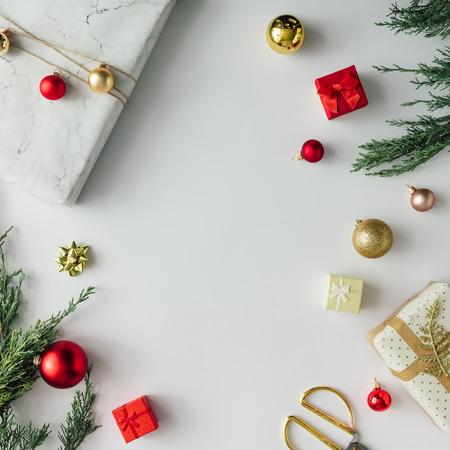 創意聖誕佈局由冬季綠化和裝飾。平躺。假日季節的概念。