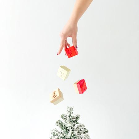 Khái niệm sáng tạo. Cây Giáng sinh với hộp quà tặng trang trí. Ý tưởng tối thiểu năm mới.