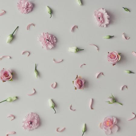 Motif créatif composé de fleurs violettes et roses. Lay plat. Fond de saison minimale. Banque d'images - 94926563