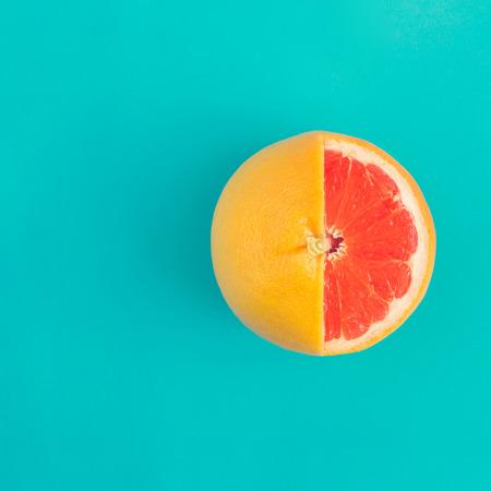 Rote Grapefruit auf hellblauem Hintergrund. Minimales Flat-Lay-Konzept. Standard-Bild - 100624816