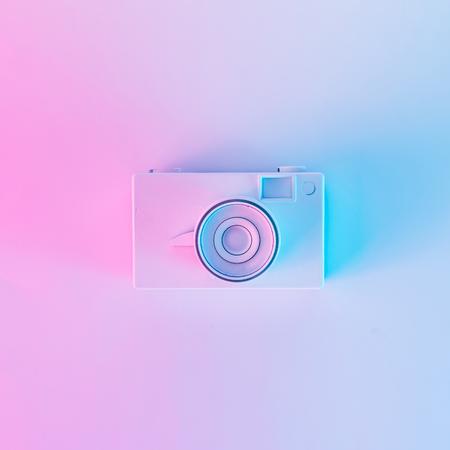 Appareil photo vintage dans des couleurs holographiques violettes et bleues dégradées audacieuses. Art conceptuel. Surréalisme estival minimal.