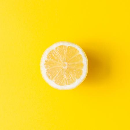 Zitrone auf lebendigem gelbem Hintergrund. Minimales Sommerkonzept. Flach liegen. Standard-Bild - 100625155