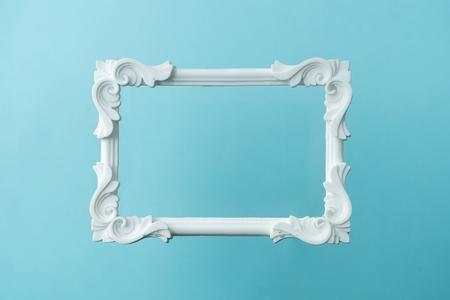Weißer Vintage-Rahmen auf pastellblauem Hintergrund. Minimale Randkomposition.