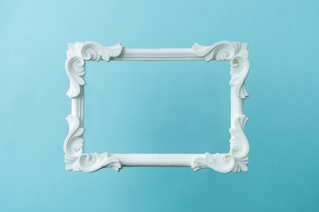 Wit vintage frame op pastelblauwe achtergrond. Minimale randsamenstelling.