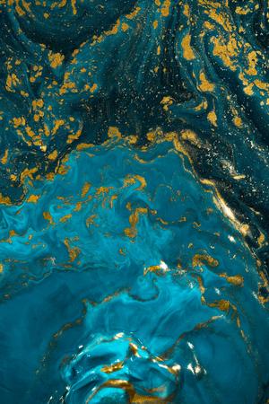 Arte de textura de pintura abstracta. Lujo natural. Pintura azul con polvo de purpurina dorada. Fondo de mármol.