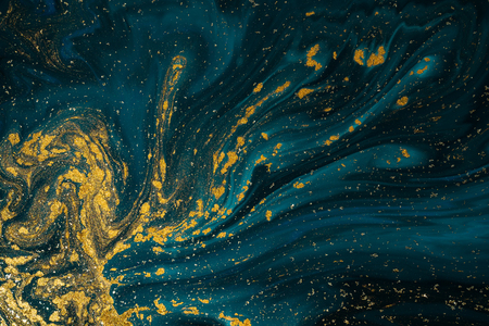 Abstrakte Lacktexturkunst. Natürlicher Luxus. Blaue Farbe mit goldenem Glitzerpulver. Marmor Hintergrund.