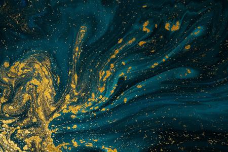 Arte astratta di struttura della vernice. Lusso naturale. Vernice blu con polvere glitter oro. Sfondo di marmo.