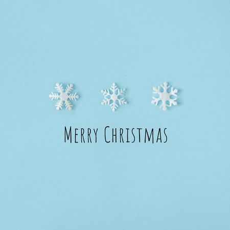 Creative Snowflakes hat with bright blue background. Minimal winter flat lay Christmas concept. Merry Christmas Standard-Bild - 135471783