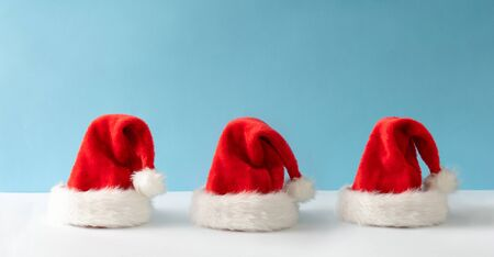 Creative Santa Claus hat with bright background. Minimal winter flat lay Christmas concept. Merry Christmas Standard-Bild - 135471382