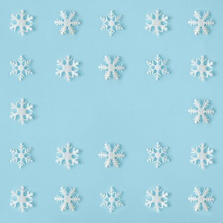 Creative snowflakes pattern with bright blue background. Minimal winter flat lay Christmas concept. Standard-Bild - 135472596