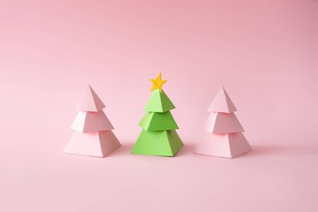 Christmas composition. Pink and green Christmas trees on pink background. Happy holidays. new year minimal concept. Standard-Bild - 135493020
