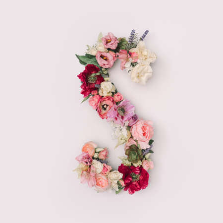 Letter S made of real natural flowers and leaves. Flower font concept. Unique collection of letters and numbers. Spring, summer and valentines creative idea. 版權商用圖片