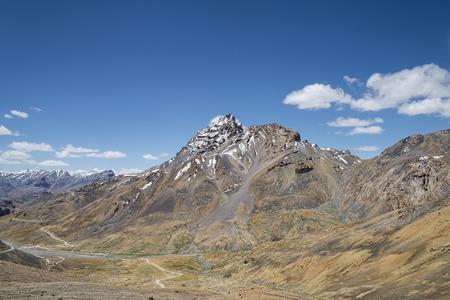 snow capped: Snow capped pico y la carretera en el valle Foto de archivo
