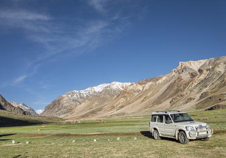 山の谷で駐車しているトラック
