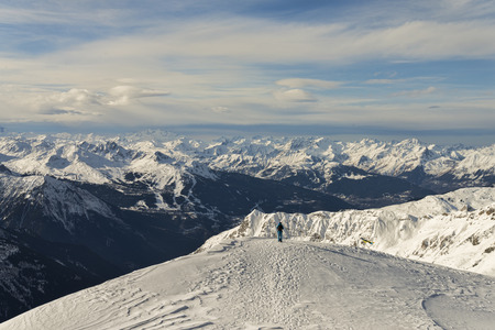 hombre disparando: Hombre que tira panorámica vista a la montaña alpina