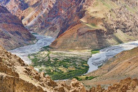 山から上記のスピティ川の眺め 写真素材