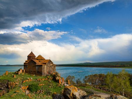 アルメニアのセバン湖の崖岩の上の Hayravank 修道院