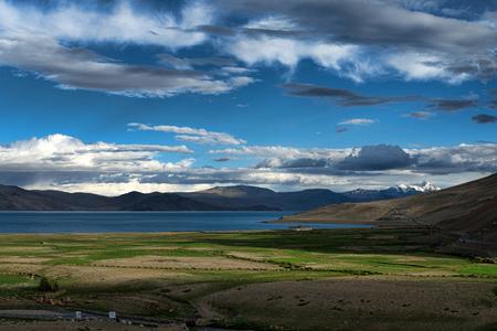 ダライ ・ ラマの住居家と雪峰にツォ モリリー湖風景を見る 写真素材