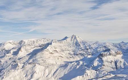 雪は冬のアルプス山脈を覆われました。