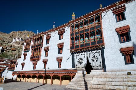 ヘミス僧院の庭チベット仏教の寺院建築