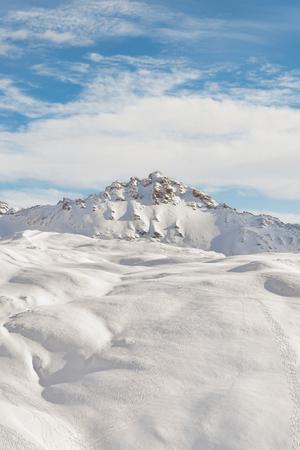 スキーと冬の山の風景