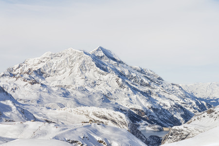 雪の斜面をカバーと冬スキーの山のピーク