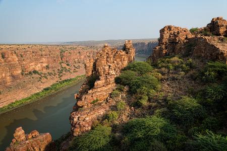 インドの Gandikota で高い岩の崖と風光明媚な大峡谷 写真素材