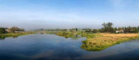 Srirangapatna 南インドの熱帯の木々 の青い湖全景