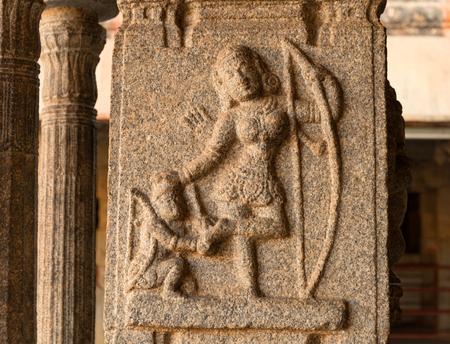 ハンピの神殿の柱にラーマーヤナ物語シーン