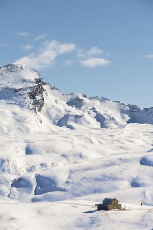 冬の山のどこかで孤独な家 写真素材
