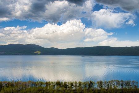 アルメニアの山の中のセバン湖