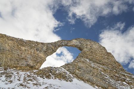 冬の山で岩のアーチの形成