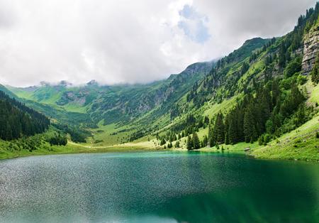 アルプの新鮮な山の湖 写真素材